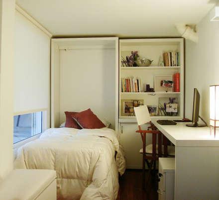 Cama rebatible + biblioteca + escritorio: Dormitorios de estilo minimalista por MINBAI