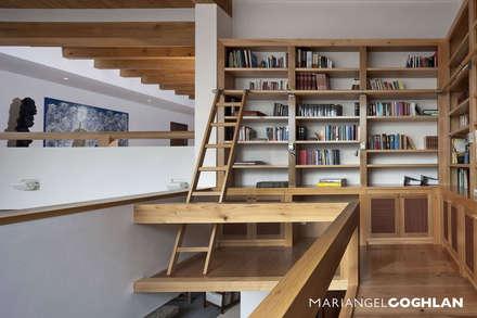 Biblioteca: Estudios y oficinas de estilo moderno por MARIANGEL COGHLAN