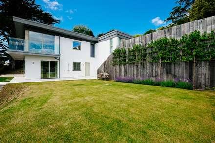 Lawn: modern Garden by Perfect Stays
