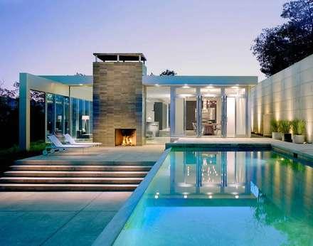 INFINITY POOL als Pièce Maitresse der Aussengestaltung : moderner Pool von Paul Marie Creation