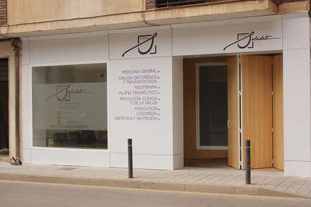 Fachada y acceso: Clínicas de estilo  de Búhoblanco arquitectos