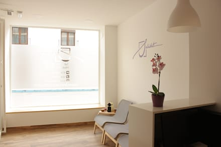 Sala de espera: Clínicas de estilo  de Búhoblanco arquitectos