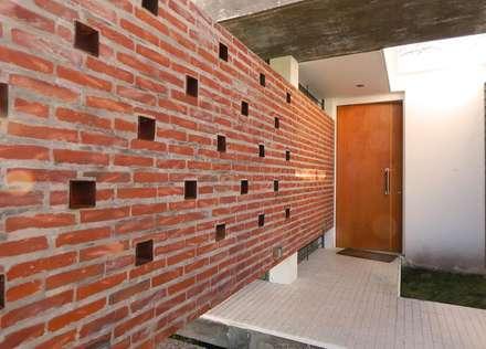 Casa Habiaga-Morel: Paredes de estilo  por punto2