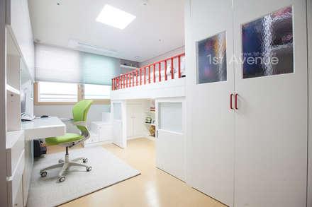 개성있는 침실이 있는 왕십리 인테리어: 퍼스트애비뉴의  아이방
