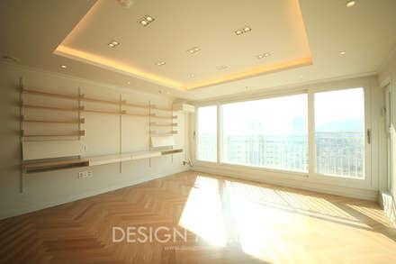 화이트 & 우드, 햇빛이 많이 들어오는 정남향의 따스한 아파트: 디자인 멜로 (design mellow)의  거실