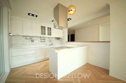 화이트 & 우드, 햇빛이 많이 들어오는 정남향의 따스한 아파트: 디자인 멜로 (design mellow)의  주방