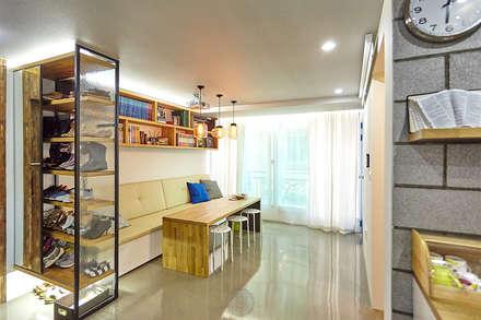 좁은 공간의 확 트인 느낌을 부여한 다이닝룸: 제이앤예림design의  다이닝 룸
