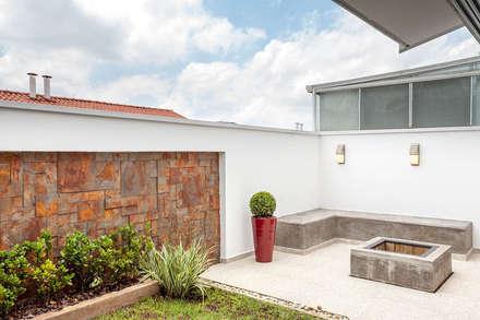 """Espaço Gourmet - área externa com """"fire pit"""": Jardins ecléticos por Moran e Anders Arquitetura"""