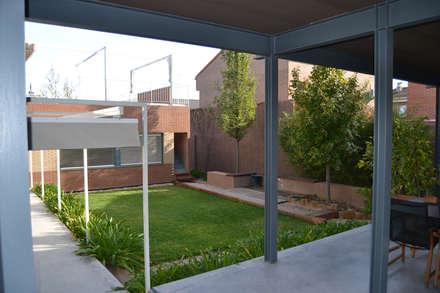 Verde sin césped: Jardines de estilo moderno de Irati Paisajismo