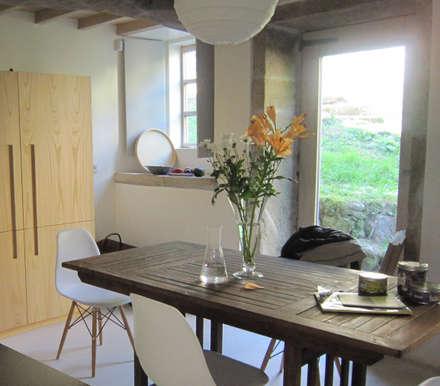 Rehabilitación de vivienda rural tradicional en Negreira - Brión: Comedores de estilo rural de Ezcurra e Ouzande arquitectura