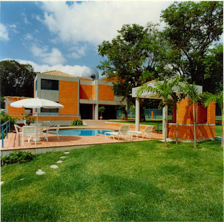 Vista de la piscina y bar parrillera.: Piscinas de estilo  por OMAR SEIJAS, ARQUITECTO