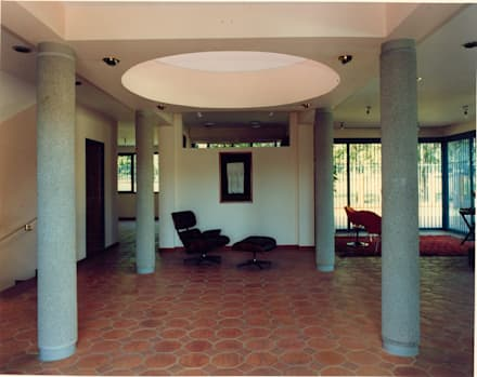 Patio de columnas: Pasillos y vestíbulos de estilo  por OMAR SEIJAS, ARQUITECTO