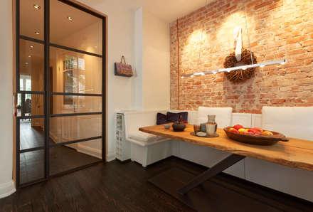 Blick zum Flur: industriale Esszimmer von Plan W GmbH | Werkstatt für Räume