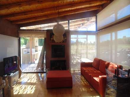 CASA AZZOTI: Livings de estilo rural por bioma arquitectos asociados