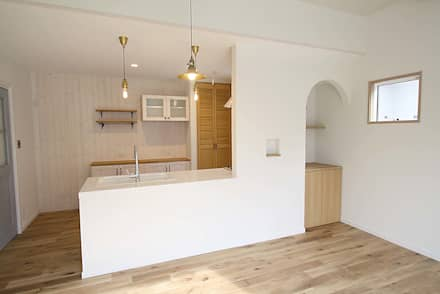 白のタイルカウンターが爽やかなキッチン: 株式会社コリーナが手掛けたキッチンです。