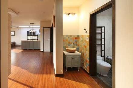 햇살품은 미니멀리즘 주택   [용인 방아리]: 윤성하우징의  화장실