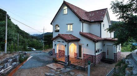 동화속 나만의 공간 [안성 미산리]: 윤성하우징의  주택