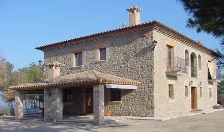 Casa de turismo rural en la Torre d'Oristà (Barcelona): Casas de estilo rústico de ALENTORN i ALENTORN ARQUITECTES, SLP