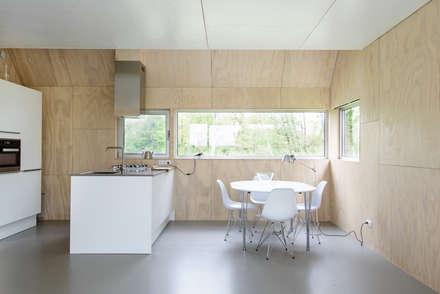 Zomerhuis Midlaren: minimalistische Keuken door Kwint architecten