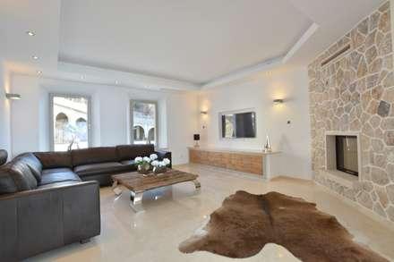 Villa mit Meerblick in Port Andratx: mediterraner Multimedia-Raum von Element 5 Mallorca S.L.U.