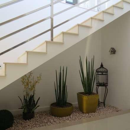 Jardim sob escada: Corredores, halls e escadas modernos por Lu Andreolla Arquitetura