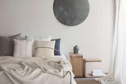 a: Dormitorios de estilo mediterráneo de Drd
