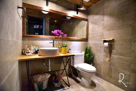 안방 욕실: 로하디자인의  화장실