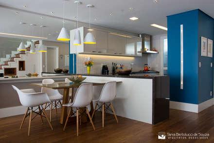 Residência Cond. Clarity Light Living: Salas de estar modernas por Tania Bertolucci  de Souza  |  Arquitetos Associados