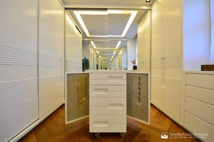 Suíte Master: Closets modernos por Tania Bertolucci  de Souza  |  Arquitetos Associados