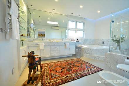 Residência Cond. Reserva do Arvoredo: Banheiros modernos por Tania Bertolucci  de Souza  |  Arquitetos Associados