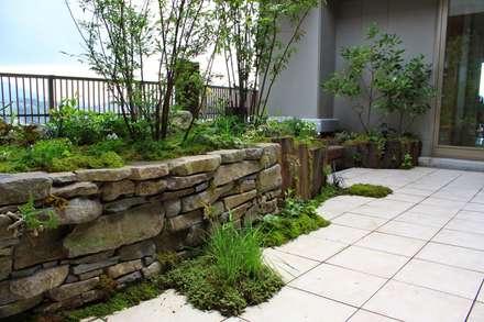 屋上庭園in戸畑: 庭園空間ラボ teienkuukan Laboが手掛けた庭です。