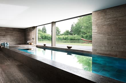 NEUBAU EINES EINFAMILIENHAUSES MIT TIEFGARAGE: minimalistischer Pool von Förstl Naturstein