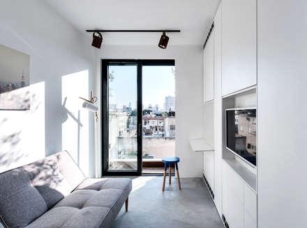 Duplex Penthouse in Tel Aviv: Chambre de style de style Minimaliste par toledano + architects