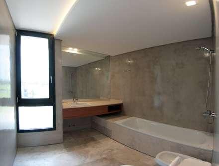 Casa ANV: Baños de estilo moderno por Israel & Teper arquitectos