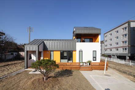남쪽마당을 향한 정면: 주택설계전문 디자인그룹 홈스타일토토의  주택