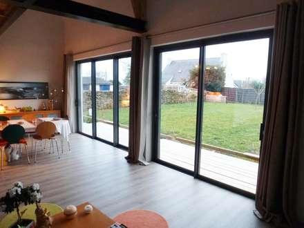Maison ITE BBC Sarzeau: Salon de style de style Moderne par HERVE COUEDEL