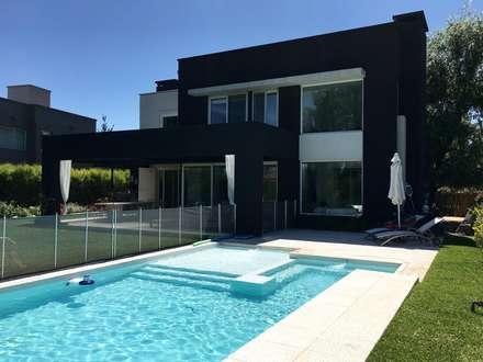 Casa FM: Piletas de estilo moderno por MFARQ - Tomas Martinez Frugoni Arq