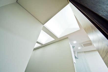 구산동 근린생활시설+주택: GongGam Urban Architecture & Construction의  창문 & 문