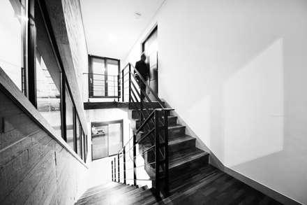 구산동 근린생활시설+주택: GongGam Urban Architecture & Construction의  복도 & 현관
