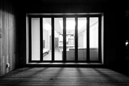 구산동 근린생활시설+주택: GongGam Urban Architecture & Construction의  베란다