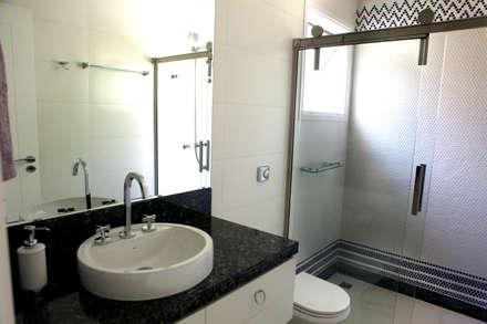 RESIDÊNCIA: Banheiros modernos por Vettori Arquitetura