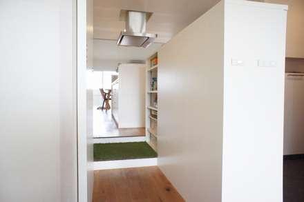 都島のマンションリフォーム: ニュートラル建築設計事務所が手掛けた玄関・廊下・階段です。