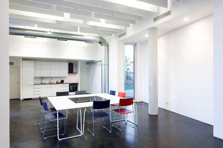 Salon JAspern: moderner Multimedia-Raum von pos sustainable architecture