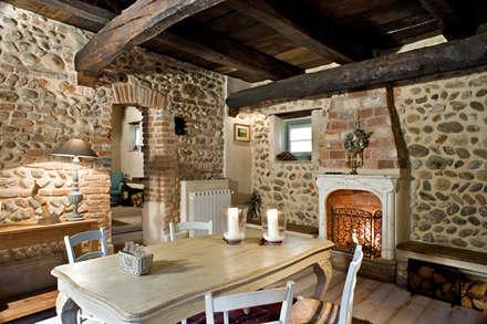 Country house: Sala da pranzo in stile in stile Rustico di Fabio Carria