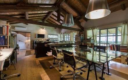 Ex fienile recuperato: Studio in stile in stile Rustico di Fabio Carria