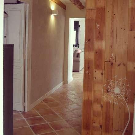 rehabilitación integral de masia, para turismo rural: Pasillos y vestíbulos de estilo  de raddi ARQUITECTES
