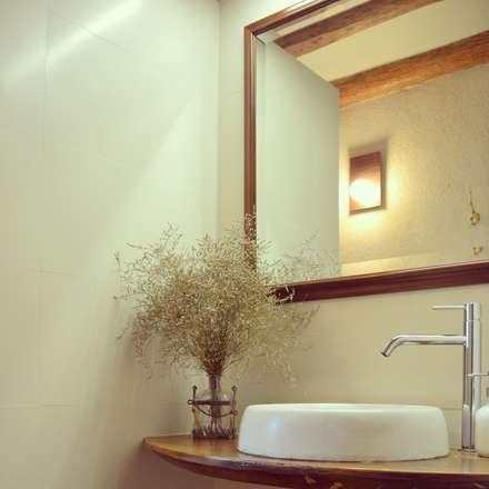 rehabilitación integral de masia, para turismo rural: Baños de estilo rural de raddi ARQUITECTES