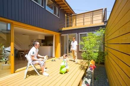 中庭デッキ: 早田雄次郎建築設計事務所/Yujiro Hayata Architect & Associatesが手掛けた庭です。