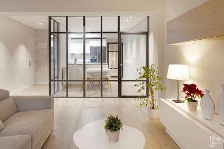 Pared de cristal para separar la cocina del salón.: Cocinas de estilo moderno de Etxe&Co