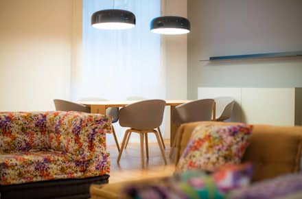 Um apartamento moderno - retro: Salas de jantar modernas por Architect Your Home